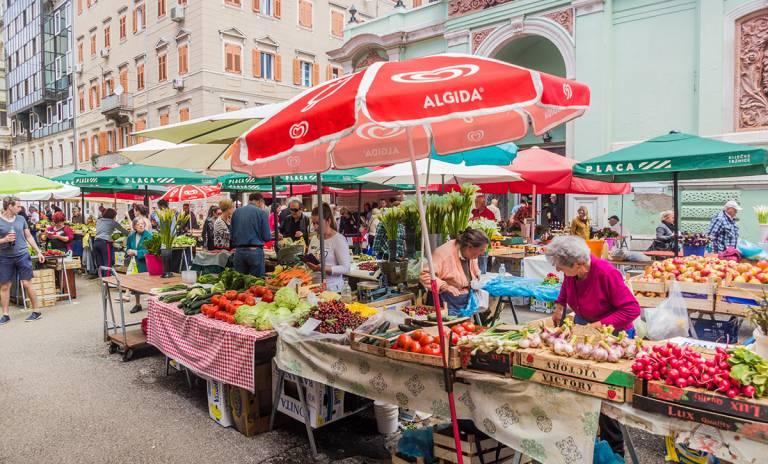 Vihannesmyyjiä Kroatialaisen Rijekan kaupungin päätorilla.